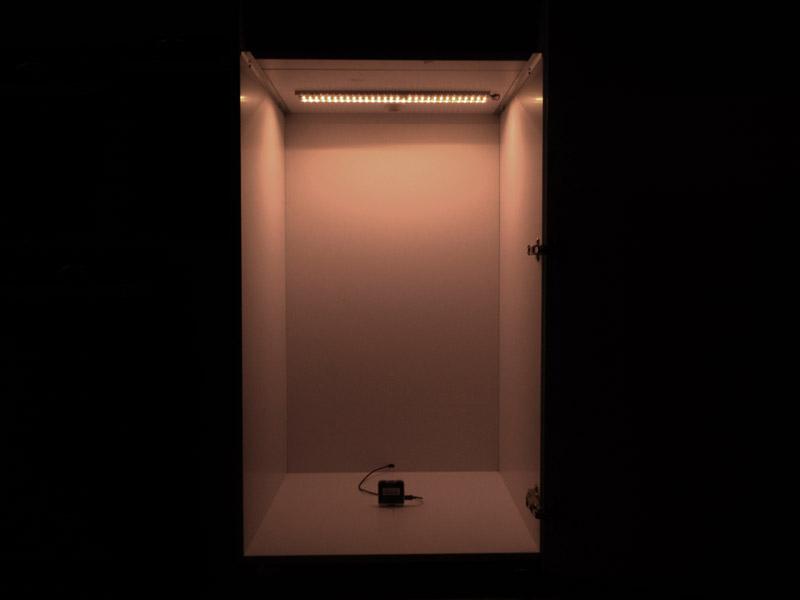 Mérőszekrény: felül a LED szalag, alul a fénymérő