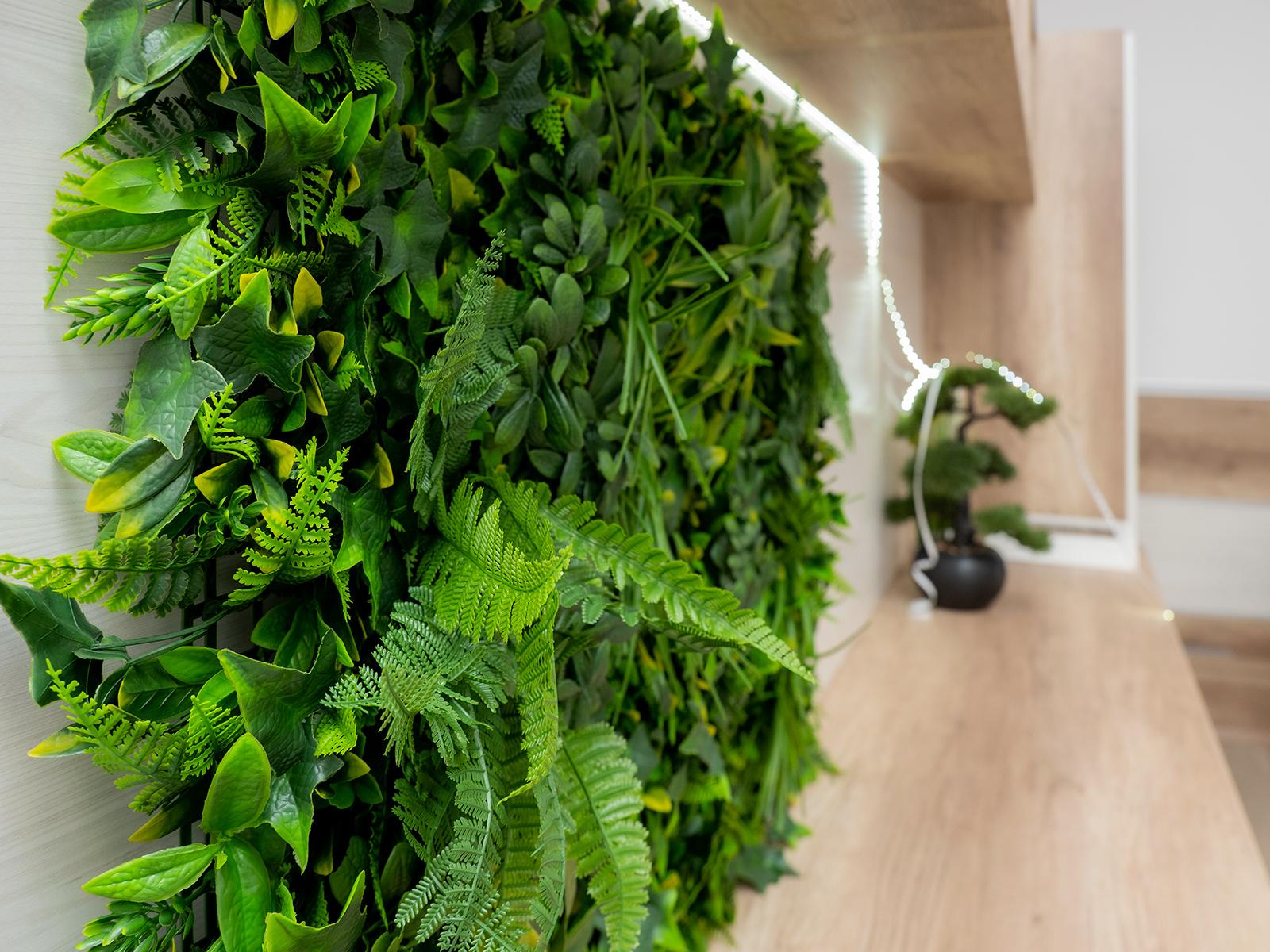 Gondozást nem igénylő, természetes hatású műlevelek és műnövények díszítik a Vertical termékcsaládot.