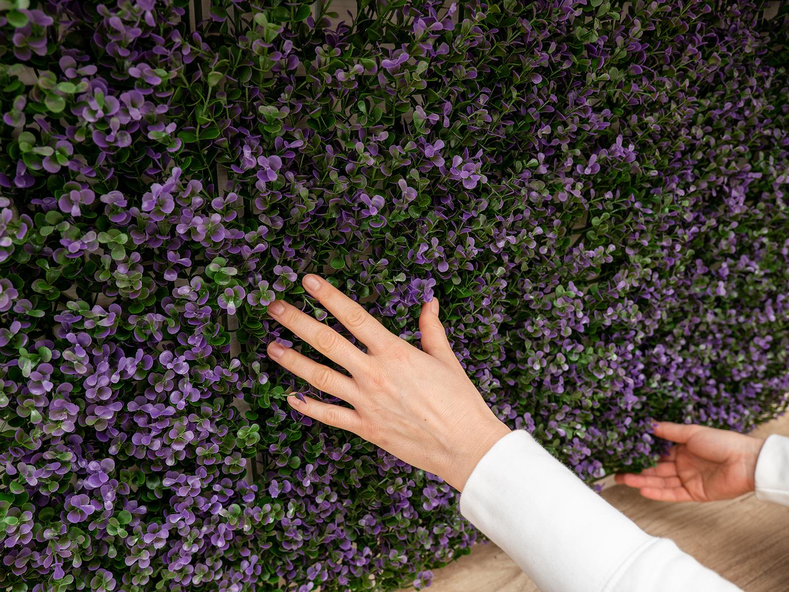 Levendula utánzatú lilás levelek díszítik a Vertical Lavanda műanyag zöldfalat.