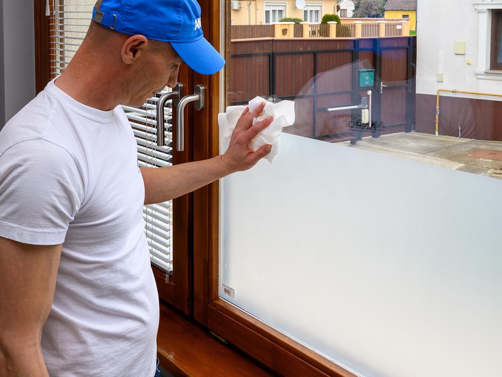 Utólagosan is egyszerűen felragasztható a homokfúvott hatást adó ablakfólia.