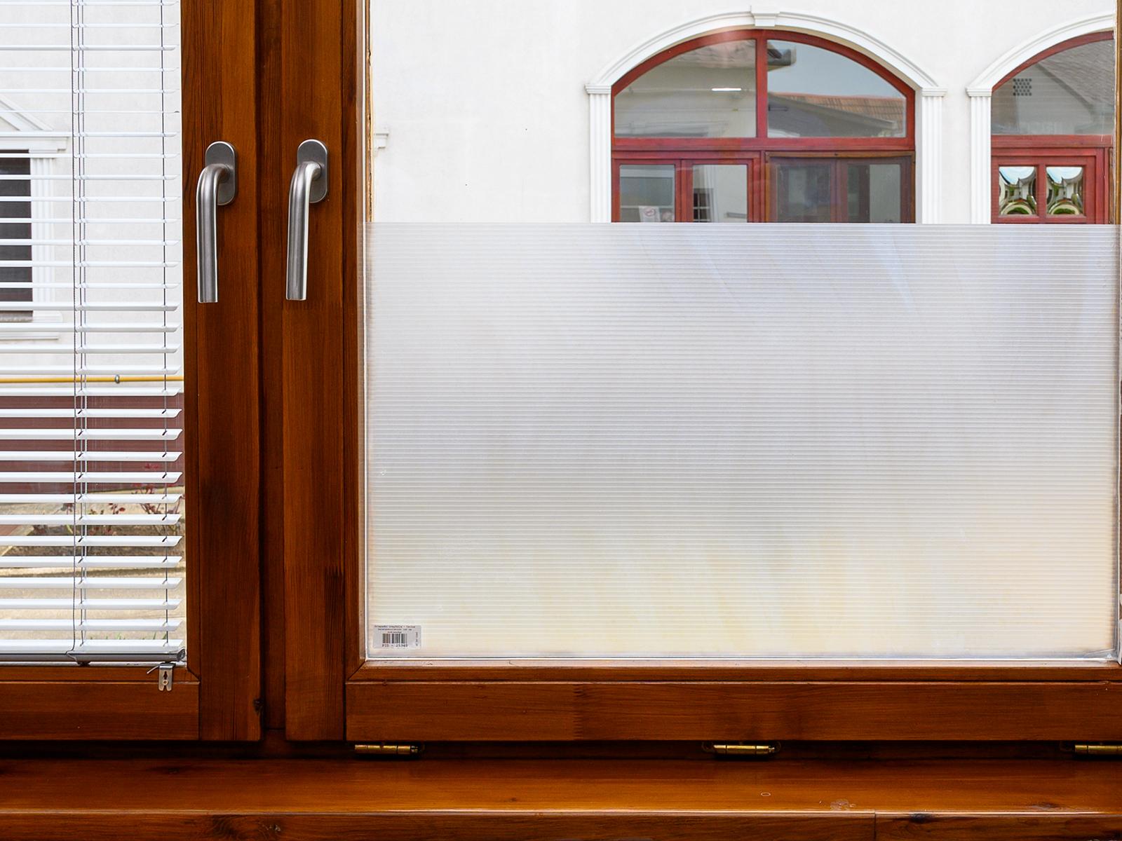 Az ablakon való átlátás megakadályozásához az egyik legkedveltebb típus a csíkos minta.