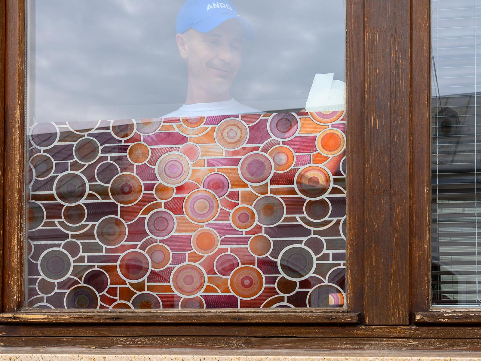 A színes ablakfólia jelentősen lecsökkenti az átlátást, belülről kifelé és kívülről befelé is.