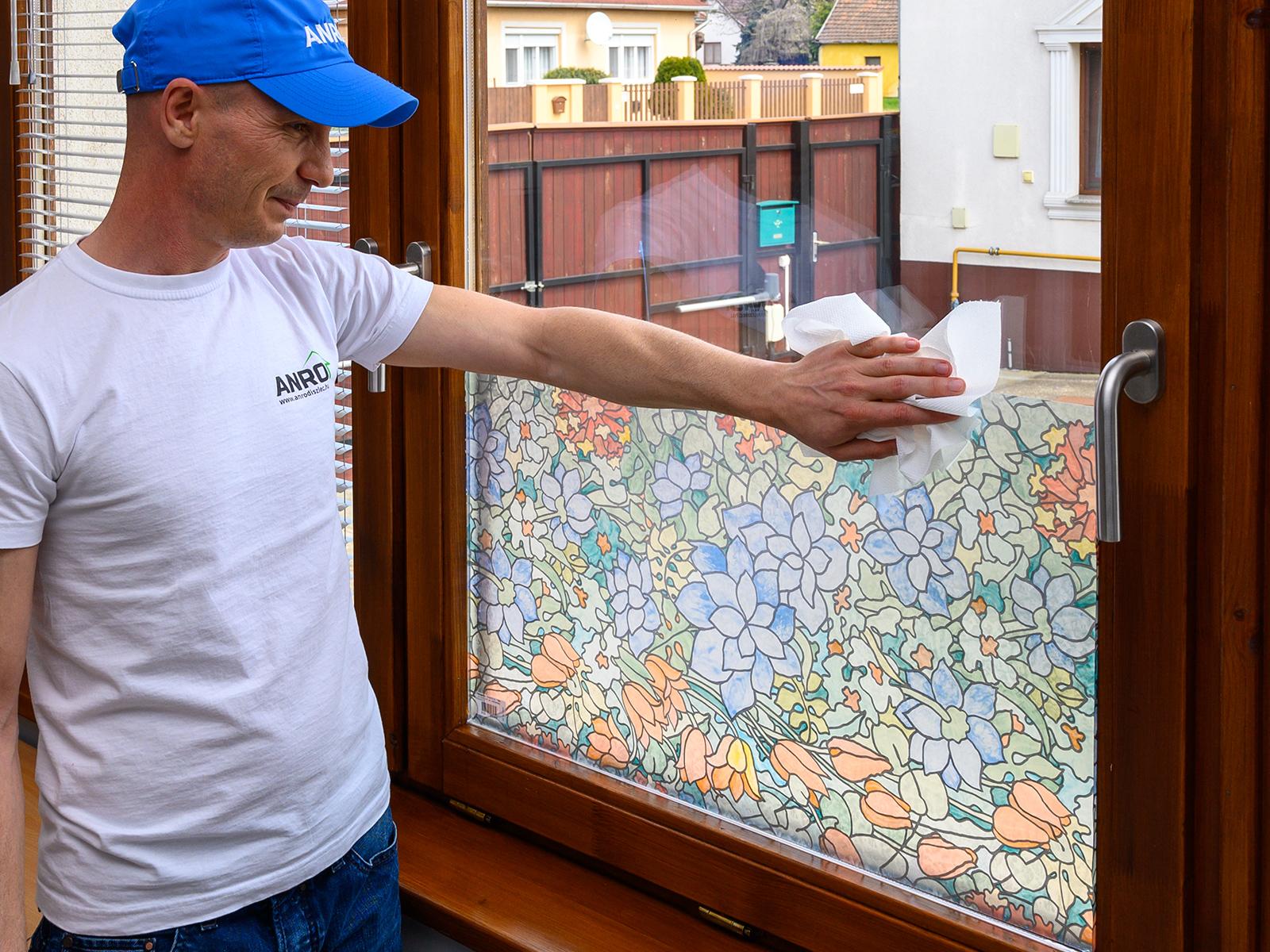 Felragasztás után az ablaküveghez hasonló módon tisztítható a fóliás ablak.