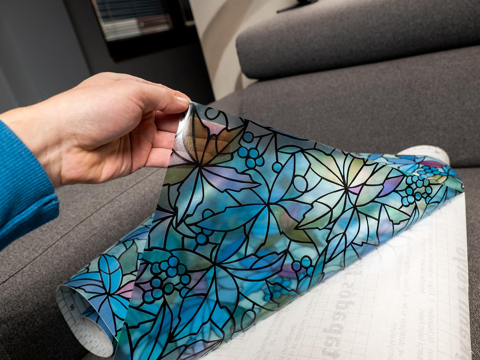 A Gekkofix dekor ablakfólia öntapadós hátoldala megkönnyíti a felrakást.