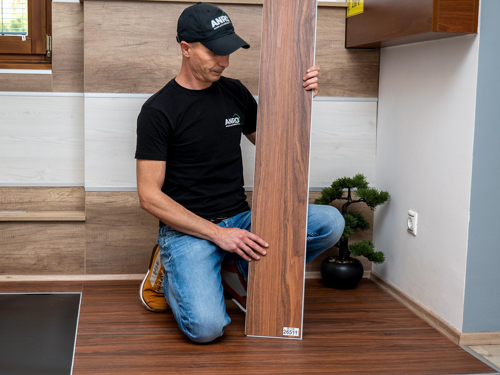 CronaFloor fa hatású, vízálló vinyl padlóburkolat hagyományos 120 cm x 18 cm-es méretben.