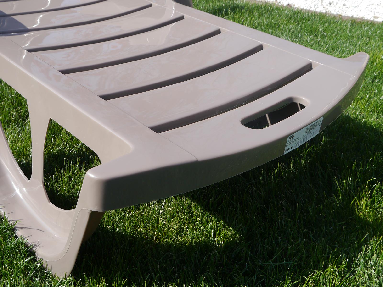 A Keter kerti bútorok tartós műanyagból készülnek, melyek felülete könnyen tisztítható.