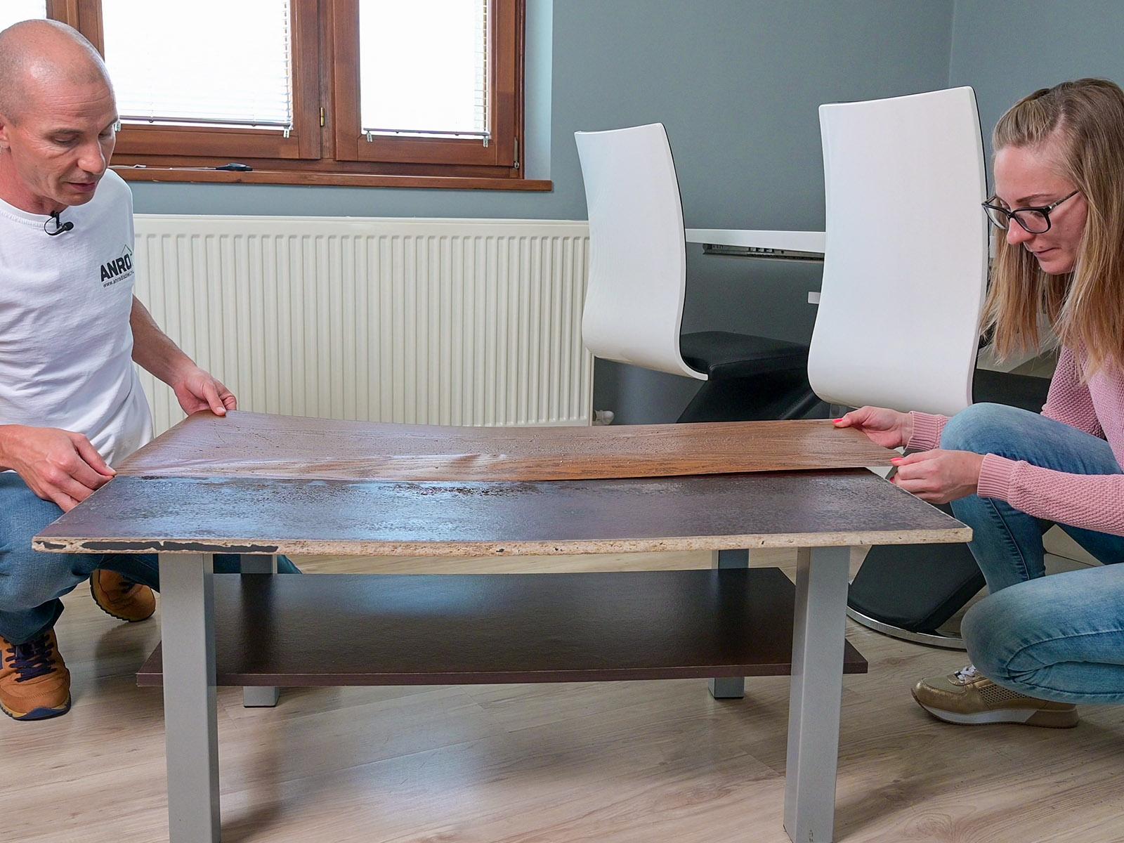 A sötét tölgy fólia már felkerült az asztal fél oldalára.