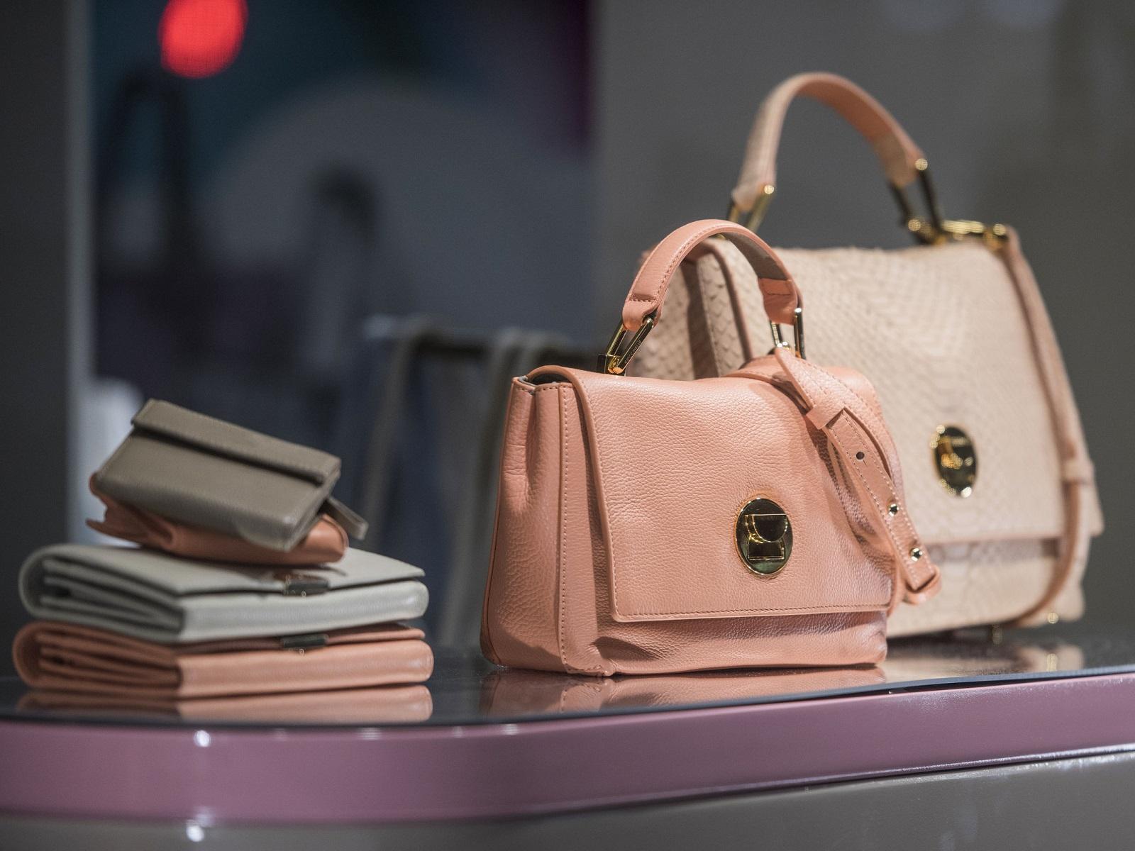 A műbőr már jól bevált a divatiparban: női táska, pénztárca, öv és sok minden más is készülhet belőle.
