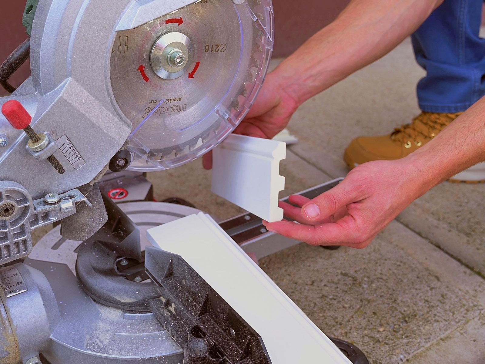 A méretre vágáshoz sem kellenek speciális eszközök, kézi vagy gépi fűrész megfelelő.