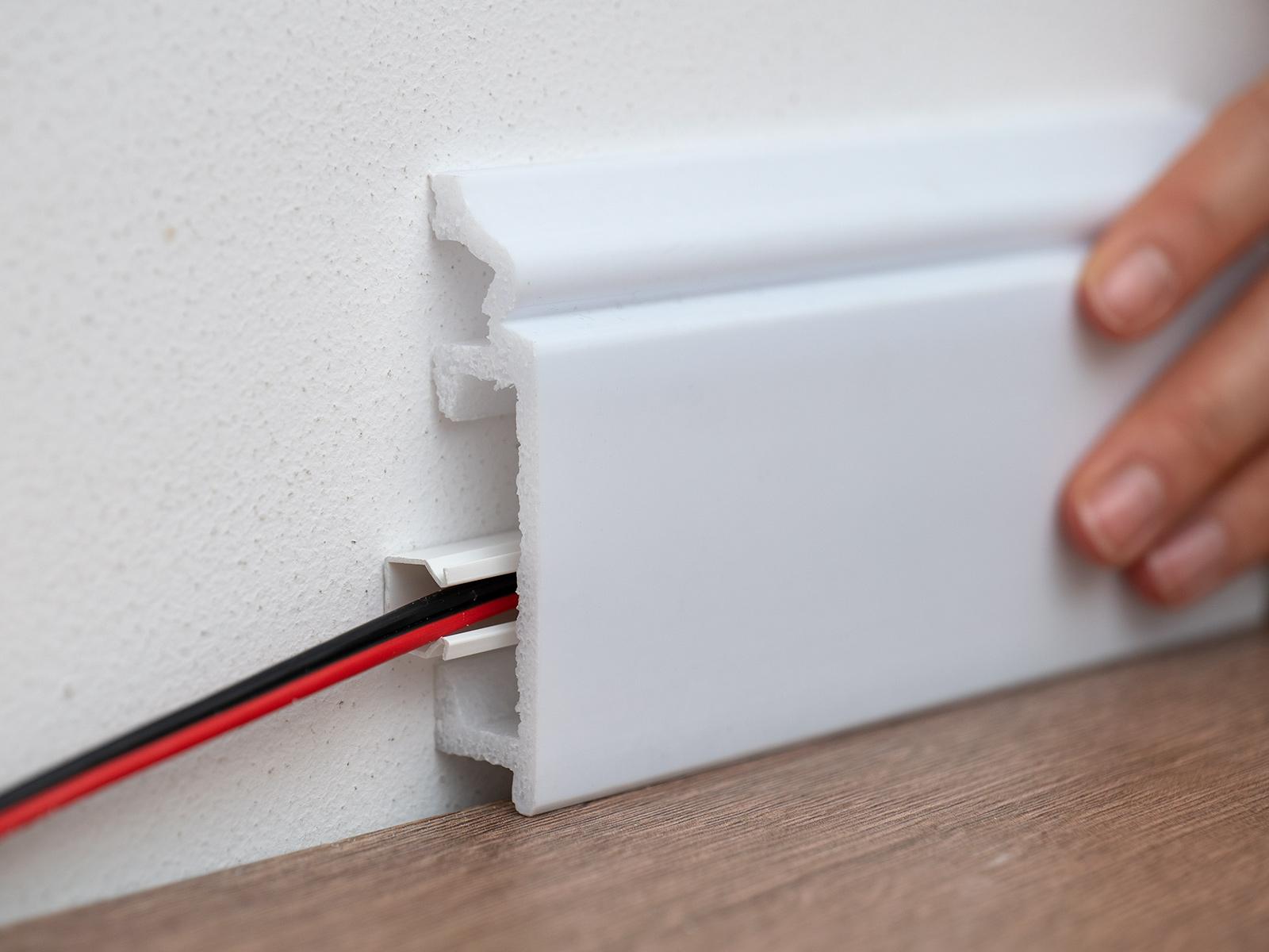 HCR507 szegély: beépíthető mögé a 12 mm kiállású műanyag kábelcsatorna is.
