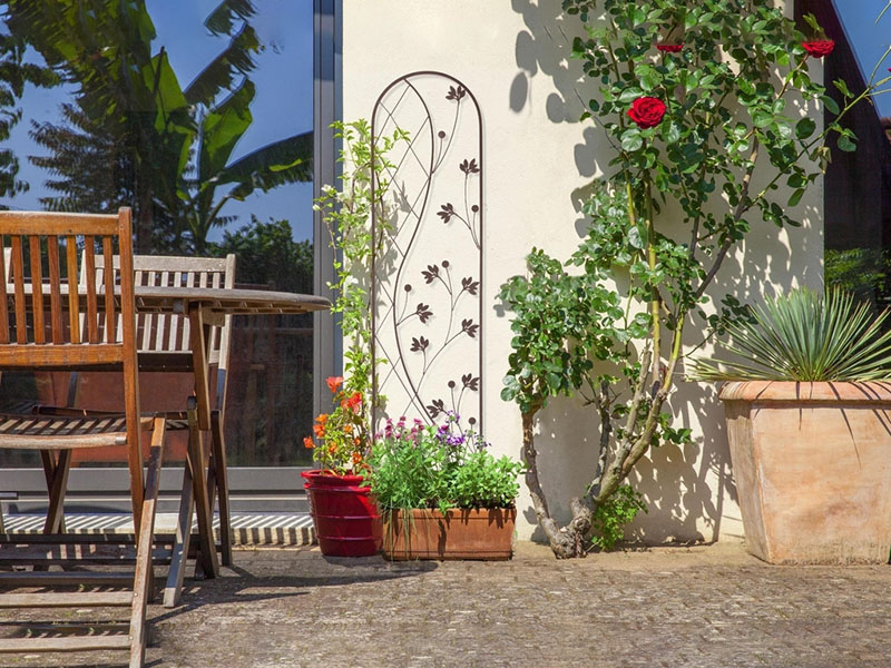 Természetes kerti dekoráció futónövényekkel