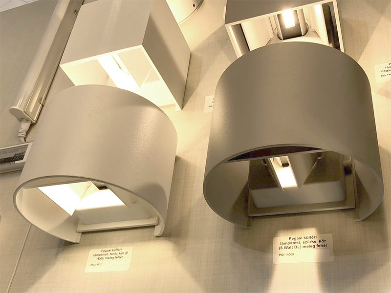 Állítható fényterelő lapok a LED lámpán a változtatható világítási szög érdekében