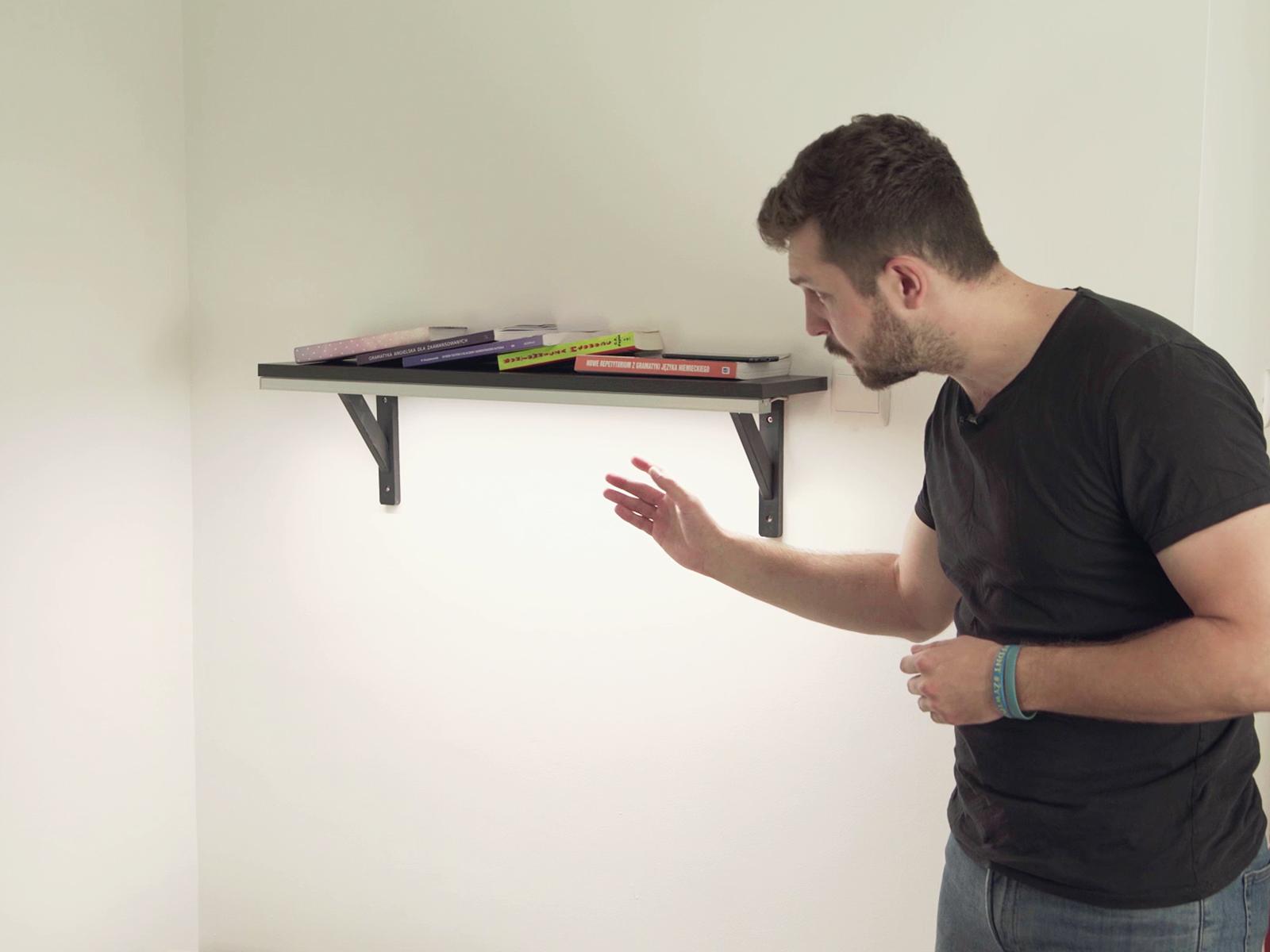 Polcra szerelt Sileda profil erős fényt adó LED szalaggal