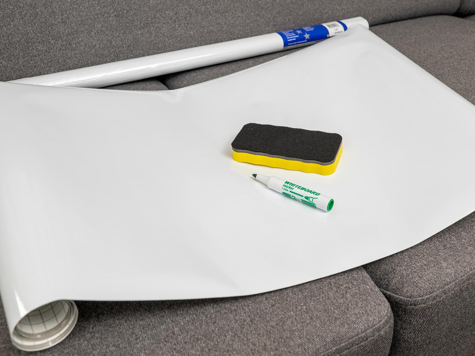 Gekkofix Whiteboard filccel írható öntapadós fólia, fényes fehér felülettel.