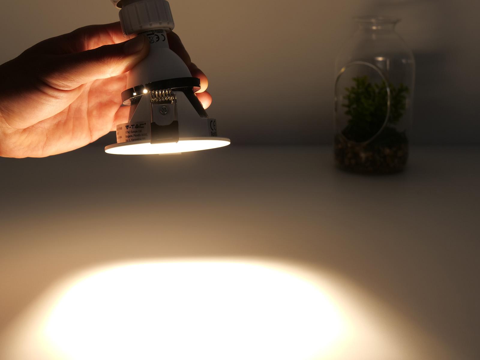 Az 5 cm átmérőjű GU10 izzók a legegyszerűbb megoldást biztosítják a lakások és az átlagos belmagasságú helyiségek bevilágításához.