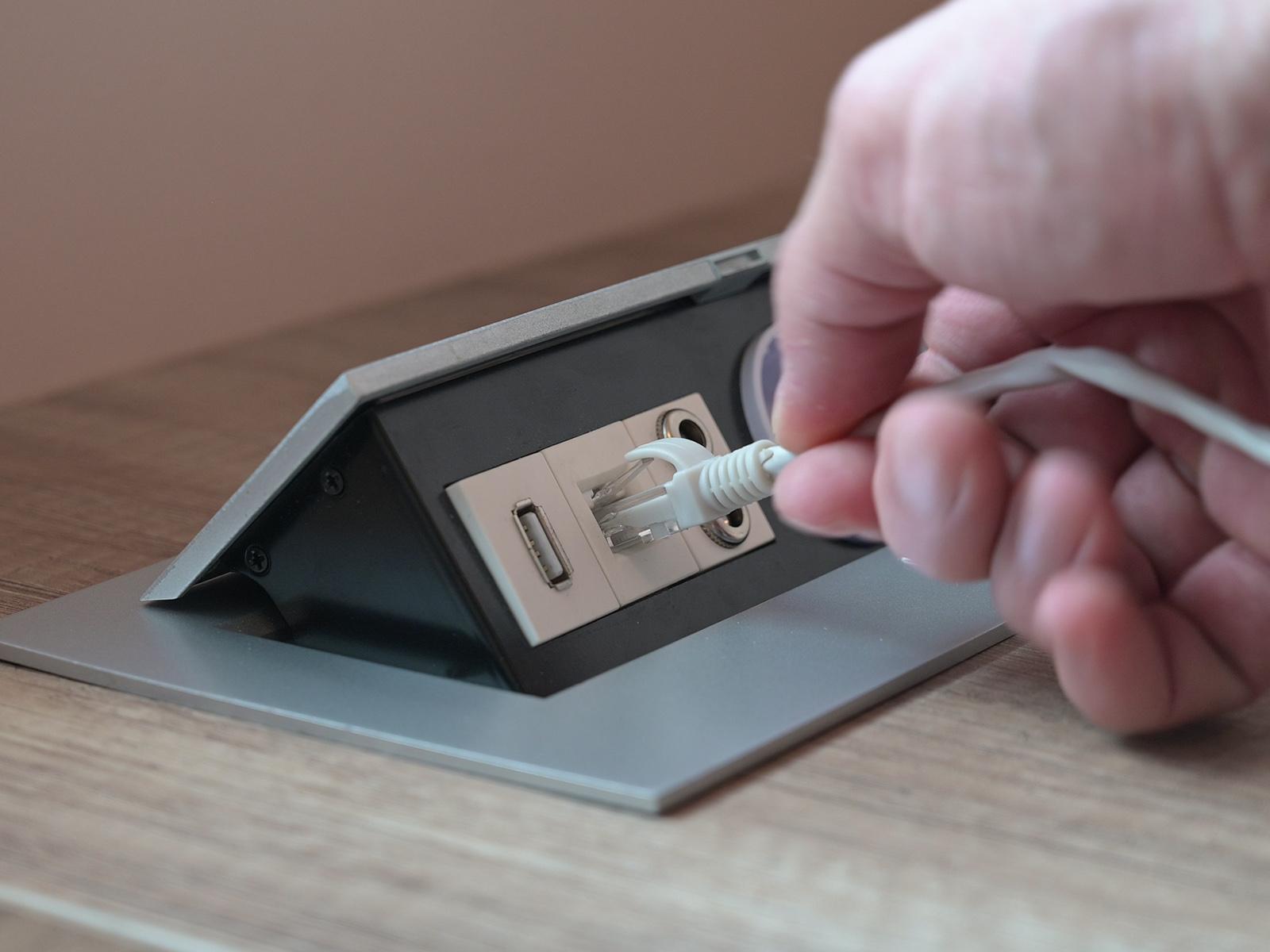Audio, internet és USB port a 230 Voltos dugaljak mellett. Ilyen egy modern asztali elosztó!