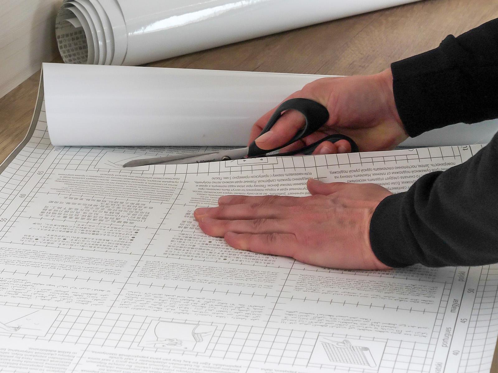 A Whiteboard fólia méretre vágását az négyzetrácsos hátoldal nagyban megkönnyíti.
