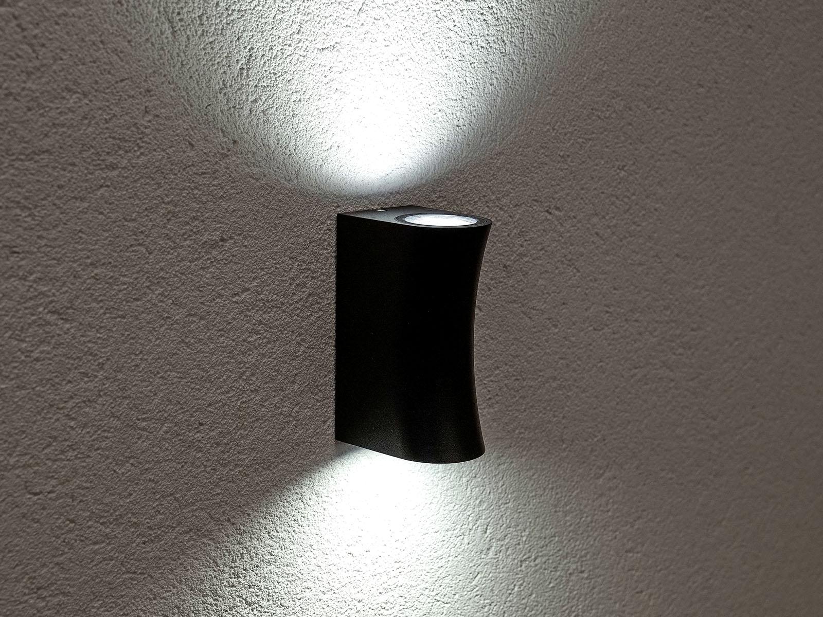 A kétirányú Wamp fali lámpa íves verziója látható a képen. Fekete színével különleges látványt biztosít!