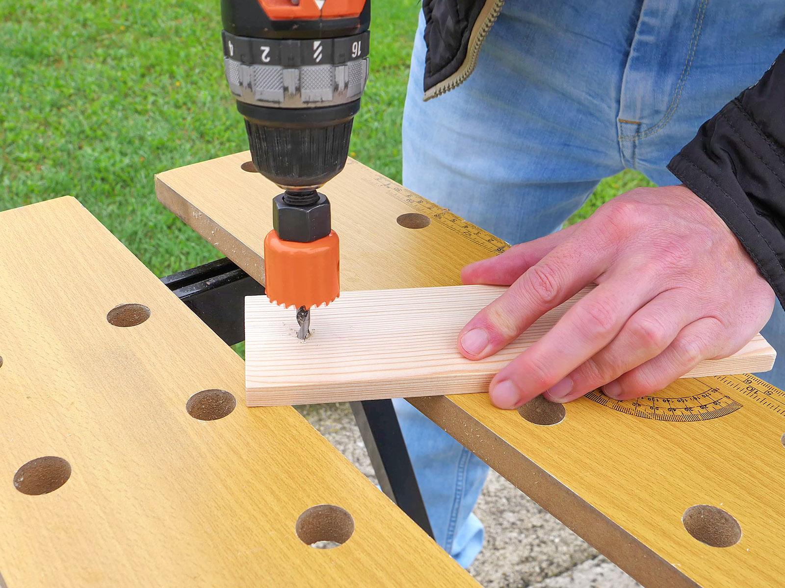 Körkivágót is használhatunk a furatok elkészítéséhez.