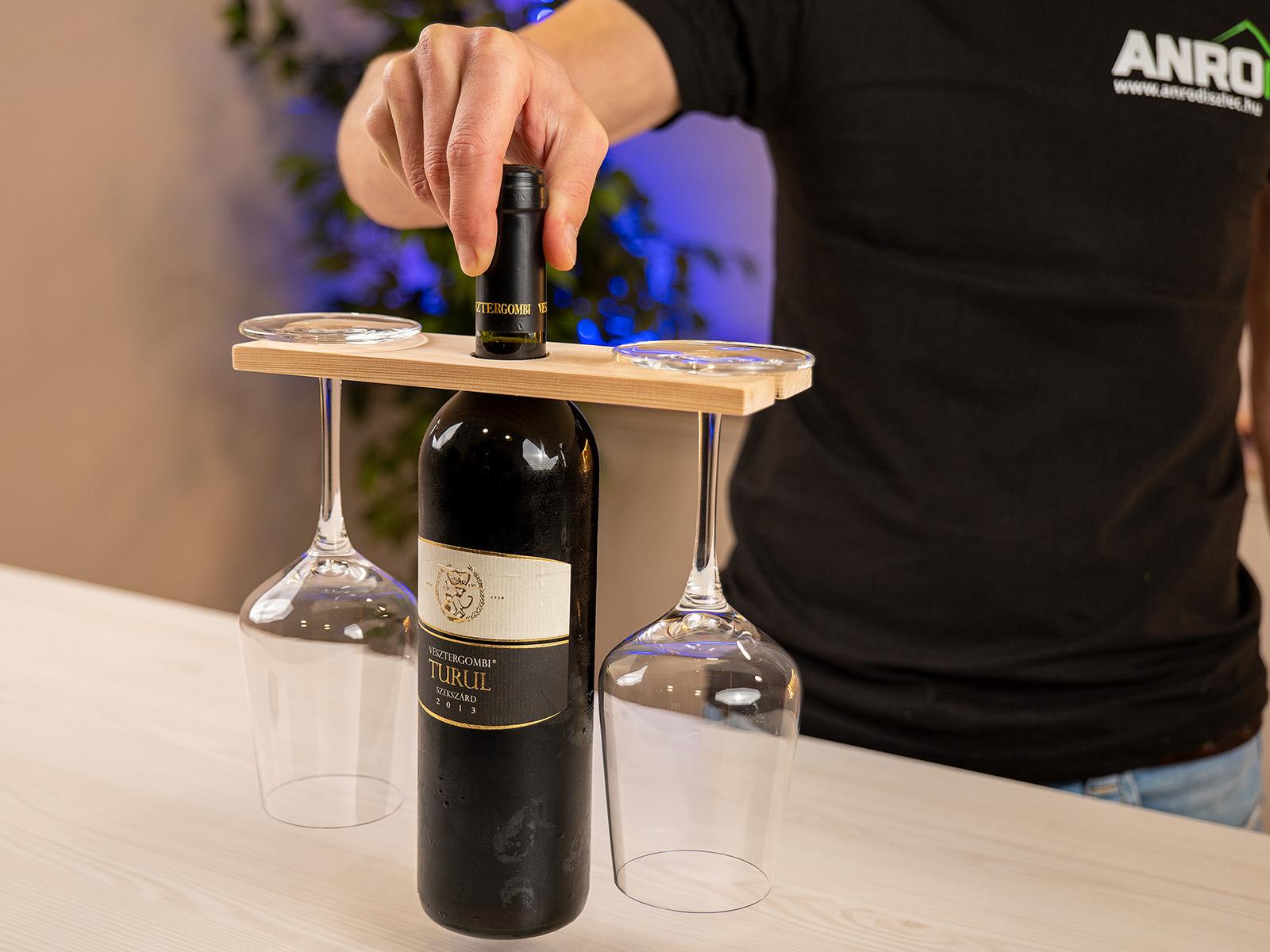 Elegáns és praktikus ez a fából készült palack- és pohártartó!