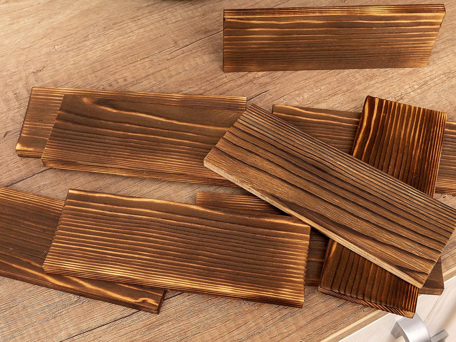 Égetett fa falpanelek - így is jól látható a fa erezete, mintázata.