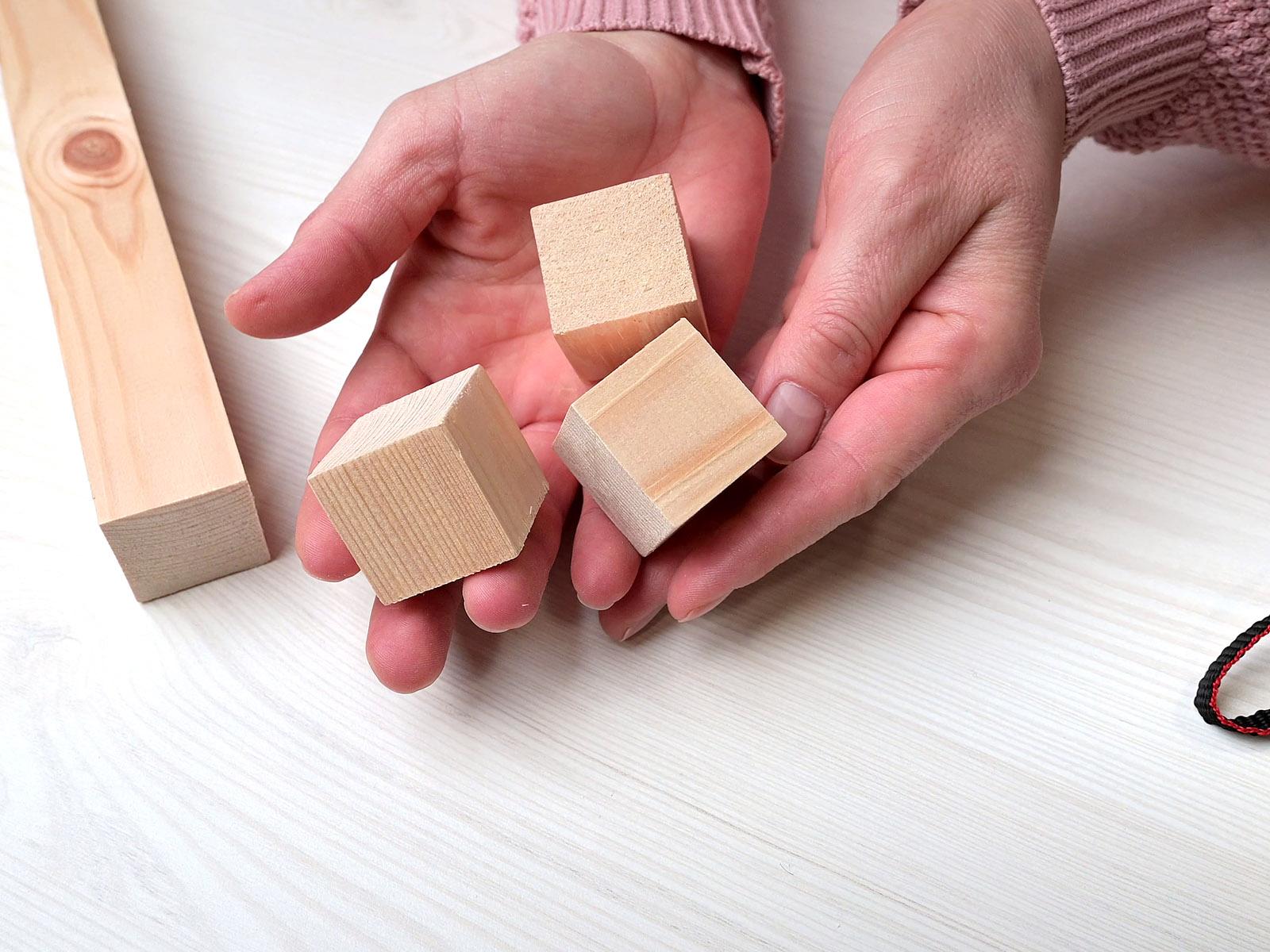 3x3 cm oldalú natúr fa kockák fenyő barkácslécből darabolva.