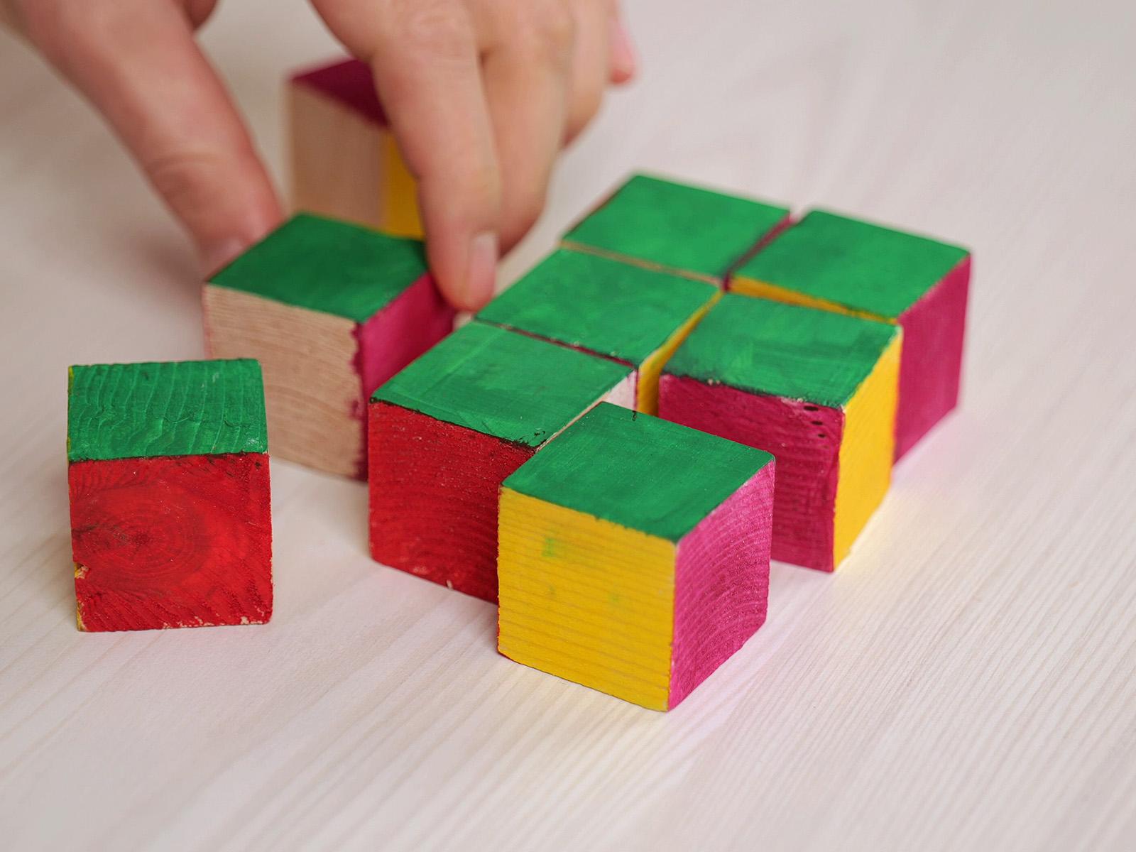 A natúr fa kockákból vízfesték segítségével hamar színes kockákat varázsolhatunk.