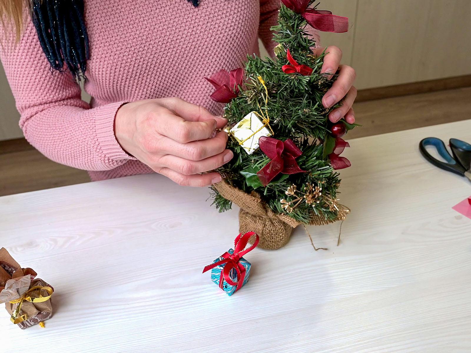 A karácsonyfa díszeként egy fa kockát csomagoltunk be díszpapírba.