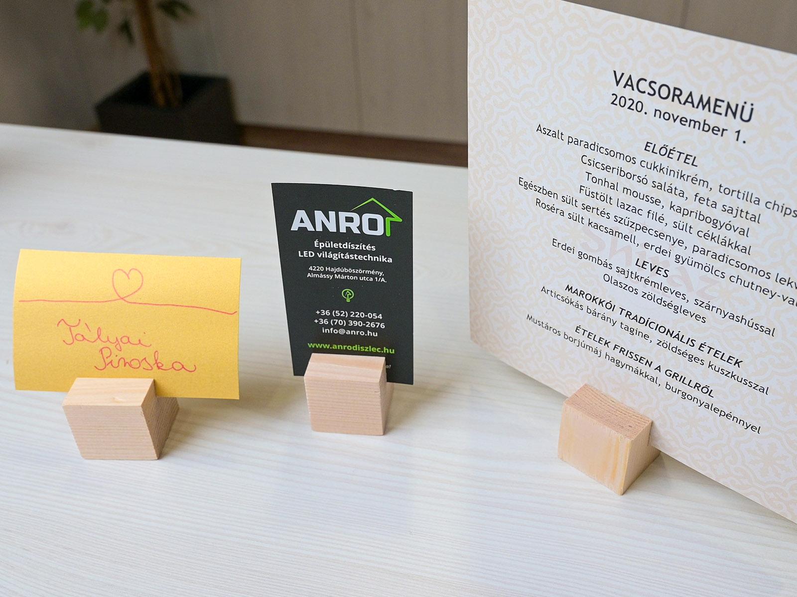 Vacsorakártya, cégkártya, névtábla is behelyezhető a fa kocka tartóba.