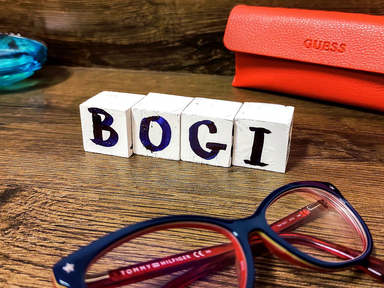 Bogi nagy örömmel fogadta a kocka dekorbetűket, melyet rögtön ki is rakott az éjjeliszekrényre!