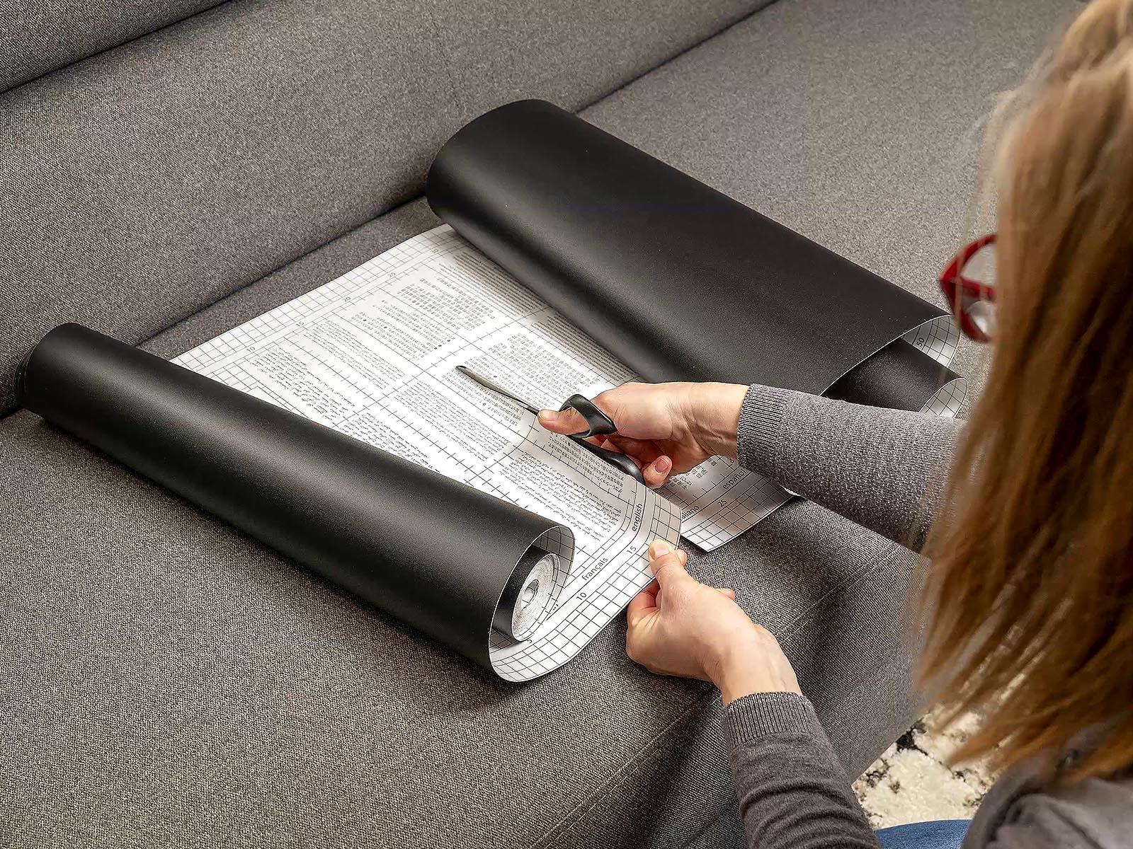Méretre vágás ollóval: a táblafólia hátoldalán lévő beosztás segít a pontos vágásban.