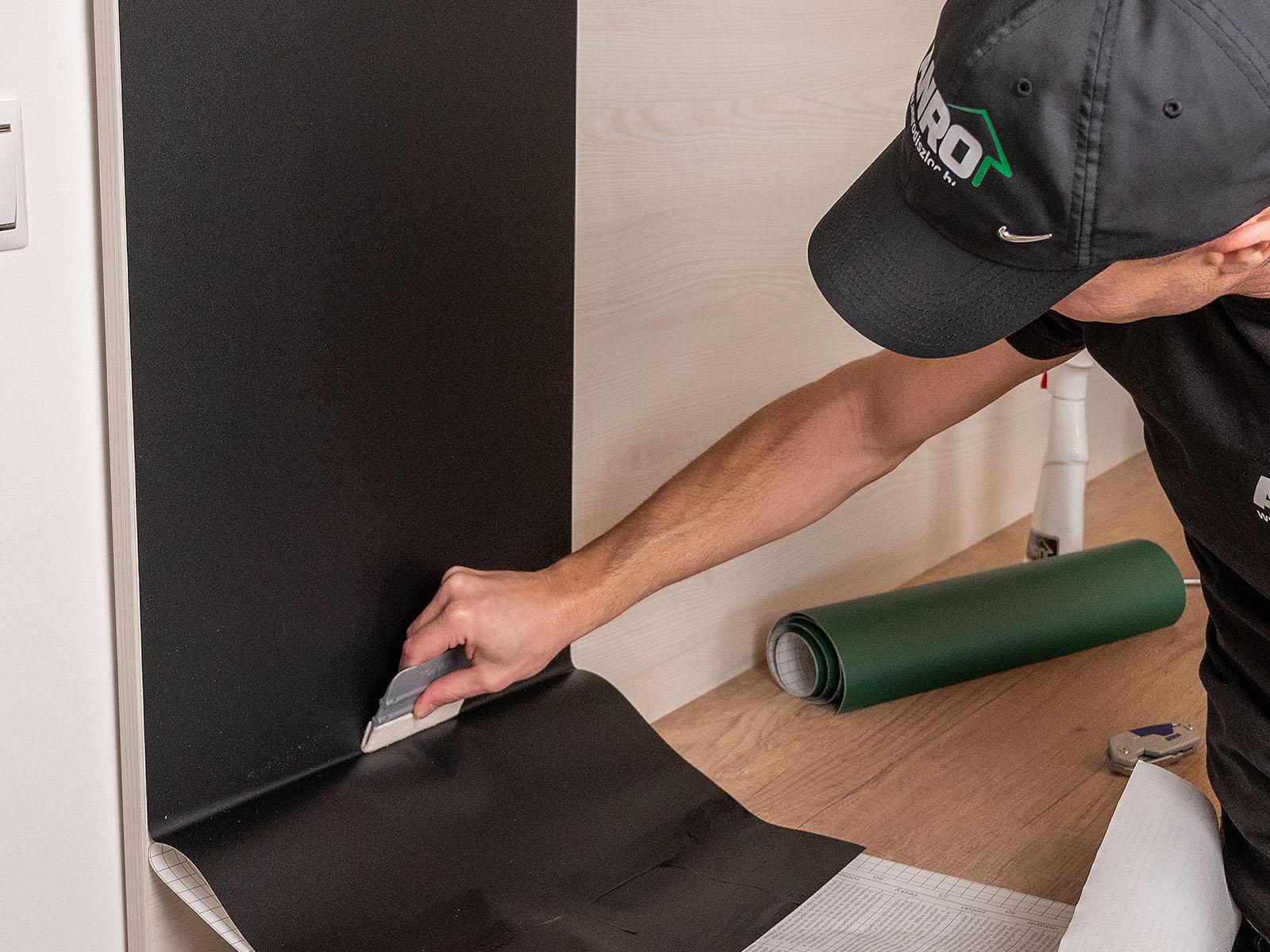 A műanyag lapát egyik része filccel van bevonva, ez megóvja a fóliát, miközben kiszorítjuk alóla a levegőt.