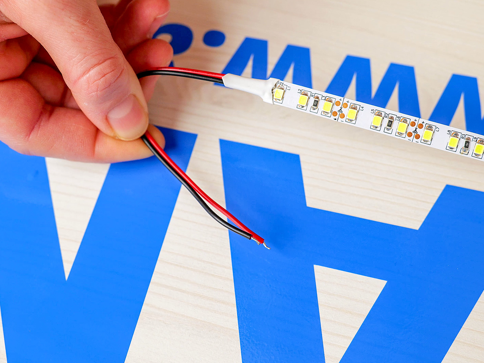 Monokróm LED szalagok két eres bekötővezetékkel.