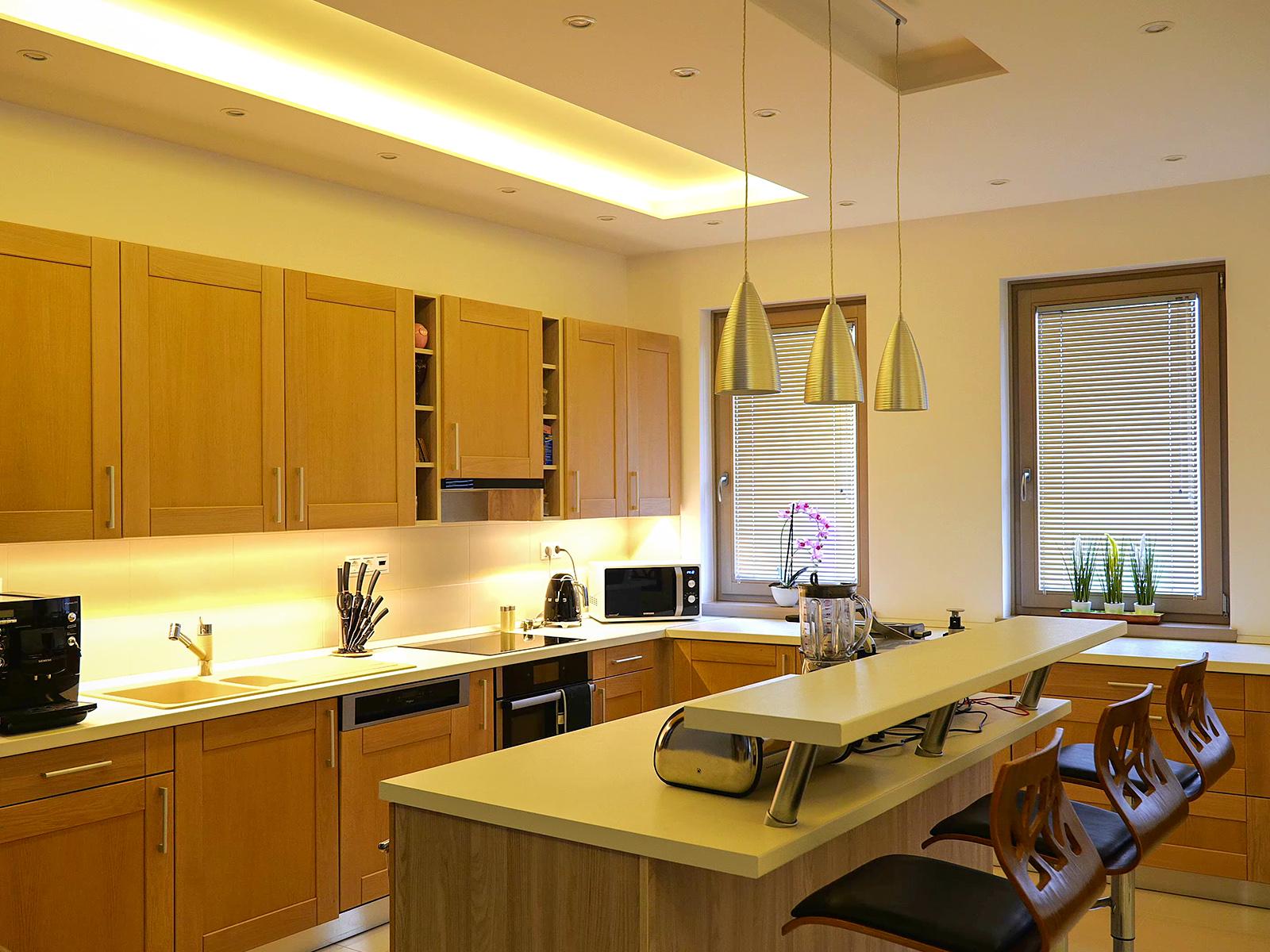 Rejtett világításhoz és konyhai pultvilágításhoz különböző teljesítményű LED szalagot használnak.
