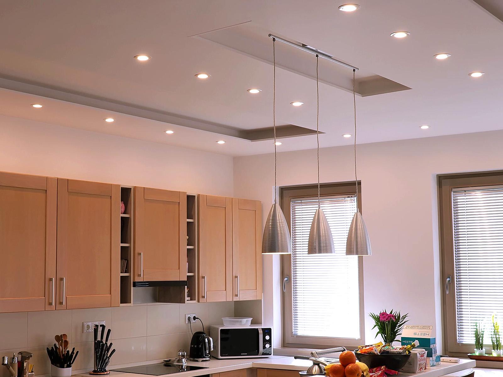 Általános világítás konyhában, melyhez 120° sugárzási szögű LED spot izzókat szereltek be.
