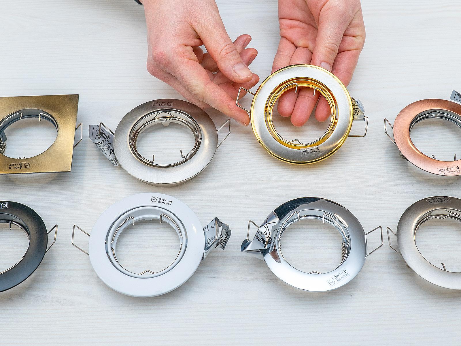 A legegyszerűbb és legolcsóbb spotlámpa keretek a fémből készülnek, ezek kaphatóak a legnagyobb színválasztékban.