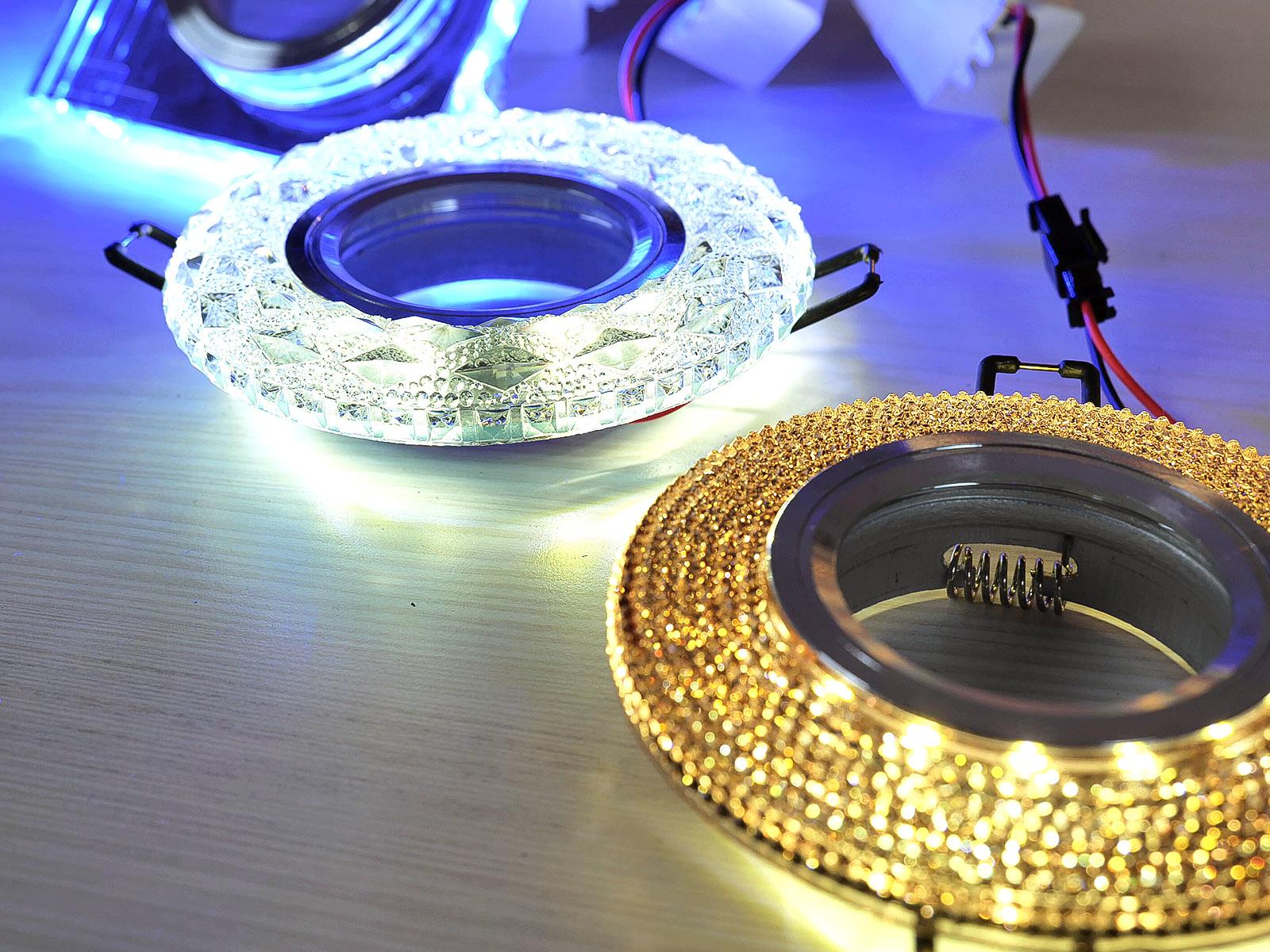 A világítós keret igazi különlegesség: a GU10 izzó a fővilágításról gondoskodik, az oldalt elhelyezkedő kiegészítő fény pedig a hangulatvilágításról.