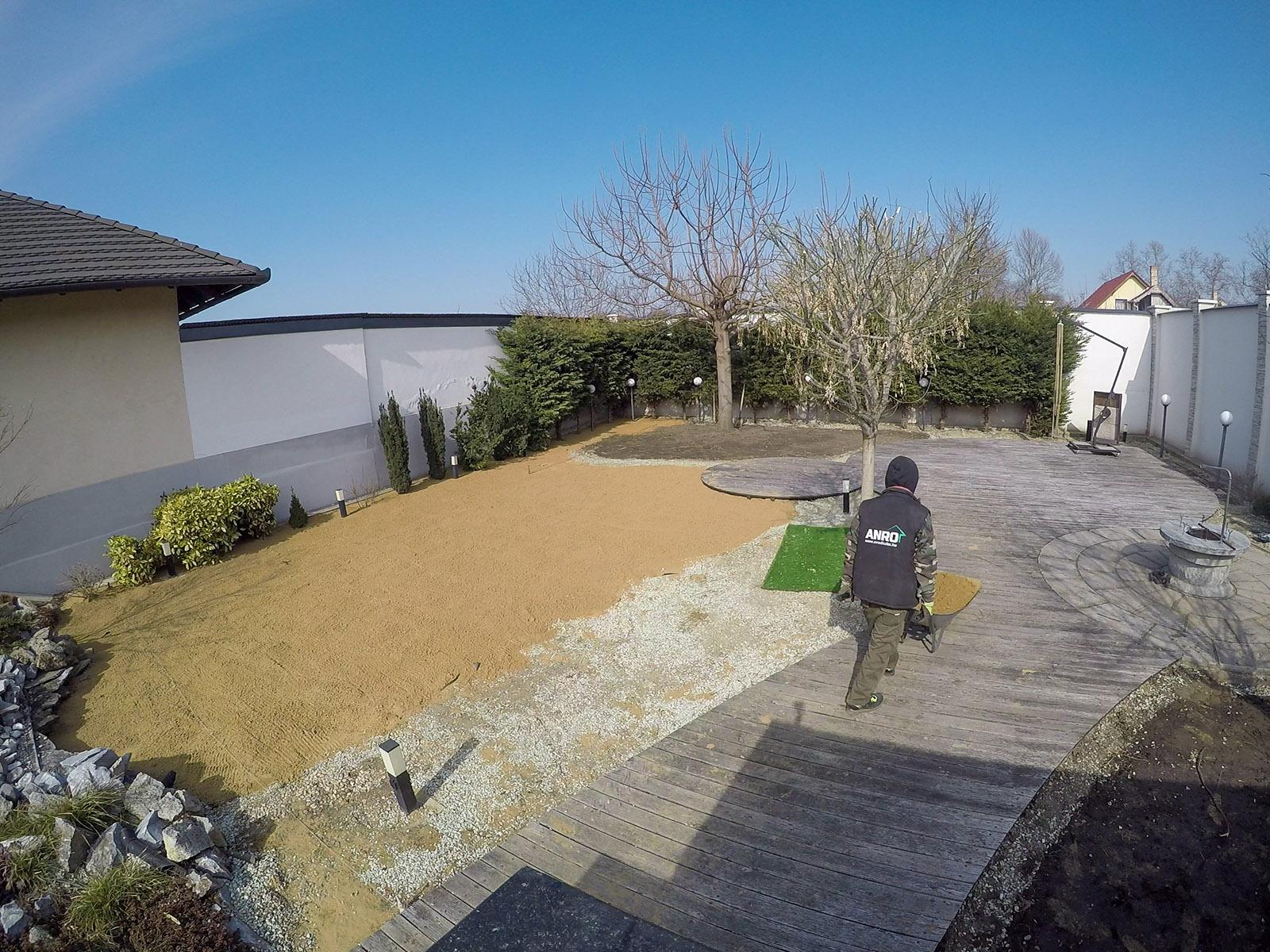 Első lépésben a füvesítésre kijelölt területen homokból tömörített alapot készítettünk.