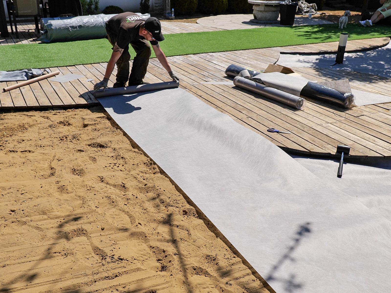 Tereprendezést követően következő tennivaló a geotextil leterítése.