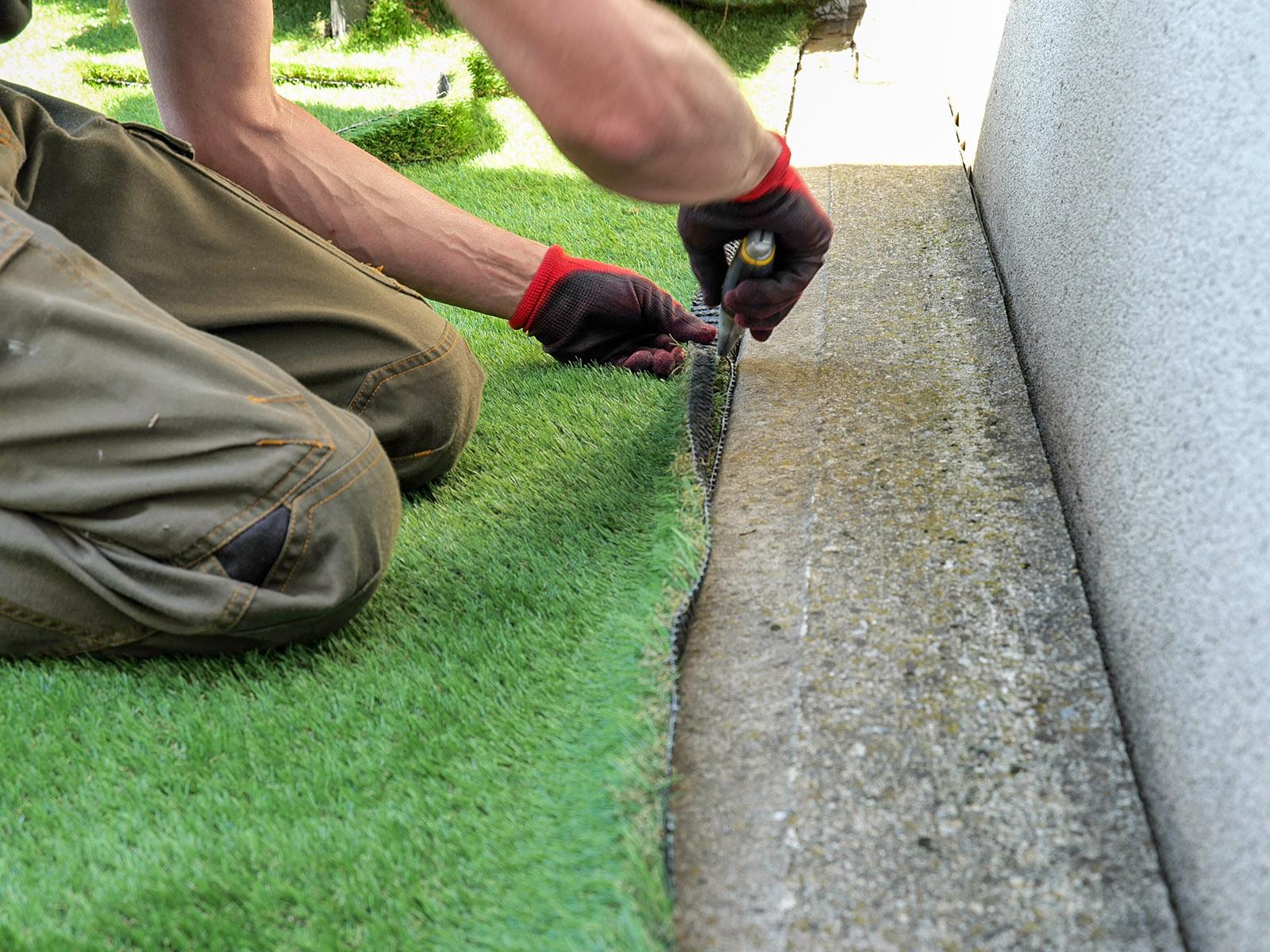 A műfű vágása egy szikével könnyedén elvégezhető. Mindig a hátoldalon dolgozznk, nehogy átvágjuk a fűszálakat!