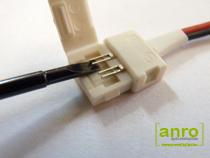Nyissuk fel a toldóelem fedelét, majd óvatosan egy vékony csavarhúzóval feszítsük egy kicsit felfelé a toldóelem csatlakozóit, hogy könnyebben beférjen alájuk a LED szalag. (Visszazárás előtt egy kombinált-, vagy csőrös fogóval a helyére is nyomhatjuk a csatlakozókat a biztosabb érintkezés érdekében.)