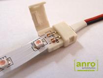 Toljuk be a LED szalagos a csatlakozóba. A csatlakozó elején és végén külön nút van kialakítva a LED szalag részére, így a LED szalag helyes pozíciója egyszerűen beazonosítható. Az érintkezők hegye mindenképpen érjen bele a LED szalag.