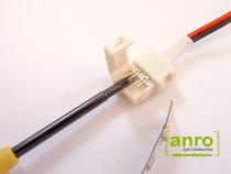 Nyissuk fel a toldóelem fedelét, majd óvatosan egy vékony csavarhúzóval feszítsük egy kicsit felfelé a toldóelem csatlakozóit, hogy könnyebben beférjen alájuk a LED szalag.