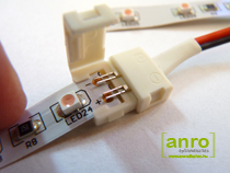 oljuk be a LED szalagos a csatlakozóba. A csatlakozó elején és végén külön nút van kialakítva a LED szalag részére, így a LED szalag helyes pozíciója egyszerűen beazonosítható. Az érintkezők hegye mindenképpen érjen bele a LED szalag.