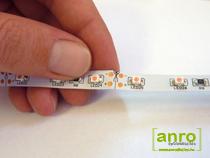 A LED szalagot csak a vágójelnél jelzett vágási pontokon lehet forrasztás-mentesen toldani. Minden 0.5 és 1 méternél forrasztási pont van, ezeken a helyekre a forrasztás kiemelkedés miatt nem lehet a csatlakozókat használni.