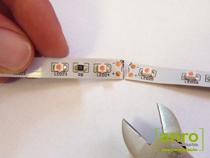 Vágjuk el a LED szalagot a vágójelnél jelzett helyen. A vágást ollóval, vagy oldalcsípő-fogóval végezhetjük el a legegyszerűbben.