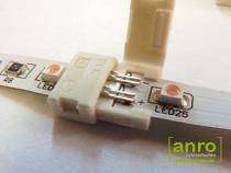 A toldóelem másik végébe szintén helyezzük be a LED szalagot, ügyelve a megfelelő polaritásra, majd zárjuk le ezt a fület is.