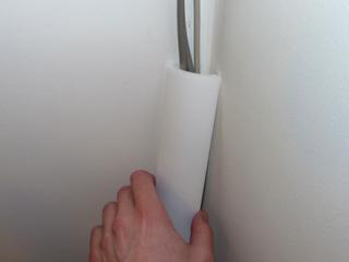 A kábel takaró polisztirol sarok díszléc felragasztása