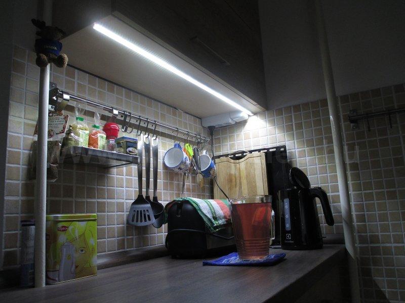 10W/m LED szalag alu profilba szerelve, konyhai pultvilágításhoz