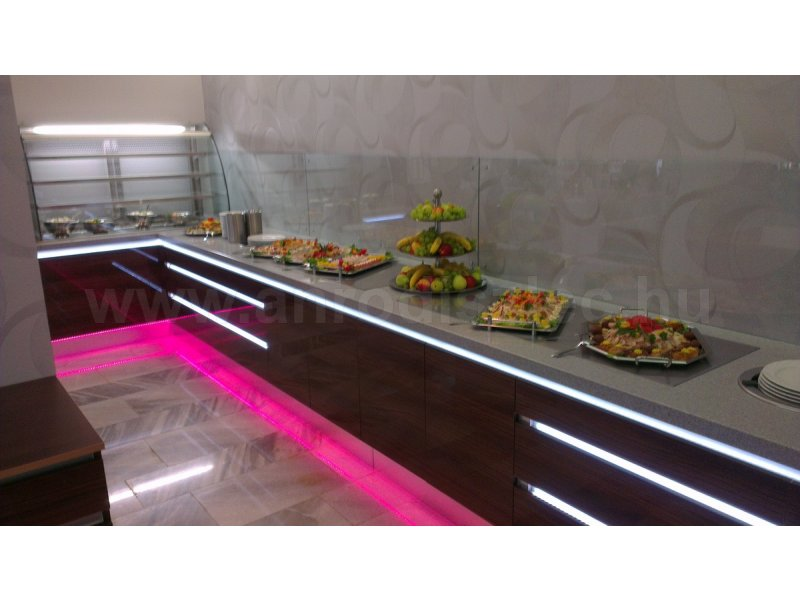 A hosszú konyhapultról kínálják a büféreggelit, melyet a pink színben pompázó lábazatfénnyel tesznek még exkluzívabbá!